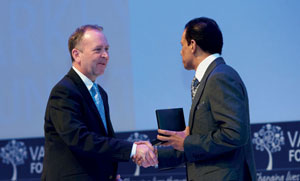 Dr Spencer accepting award from Sunny Varkey, Founder of the Varkey Foundation